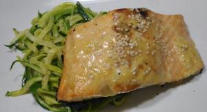 salmone su noodles